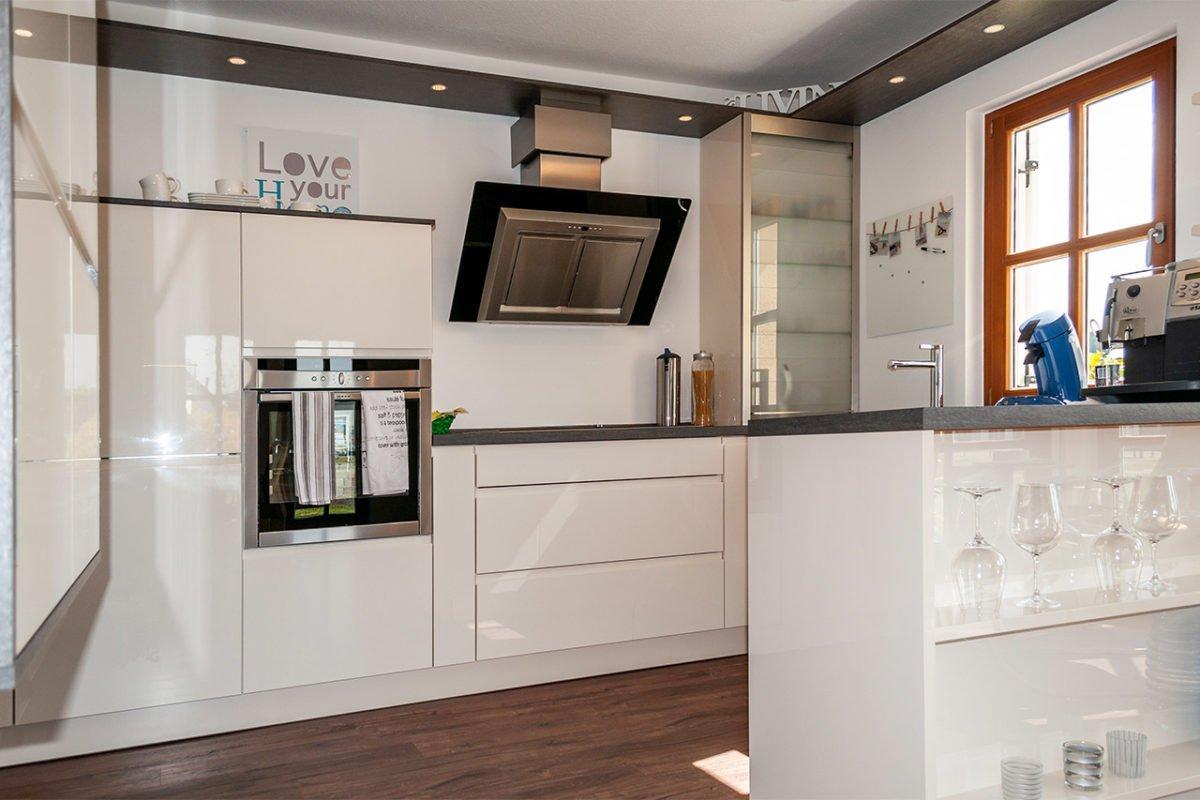 Streif Family - Ein weißer Kühlschrank mit Gefrierfach sitzt in einer Küche - Küche