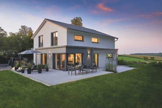 Automatisch gespeicherter Entwurf - Eine große Wiese vor einem Haus - Fassade