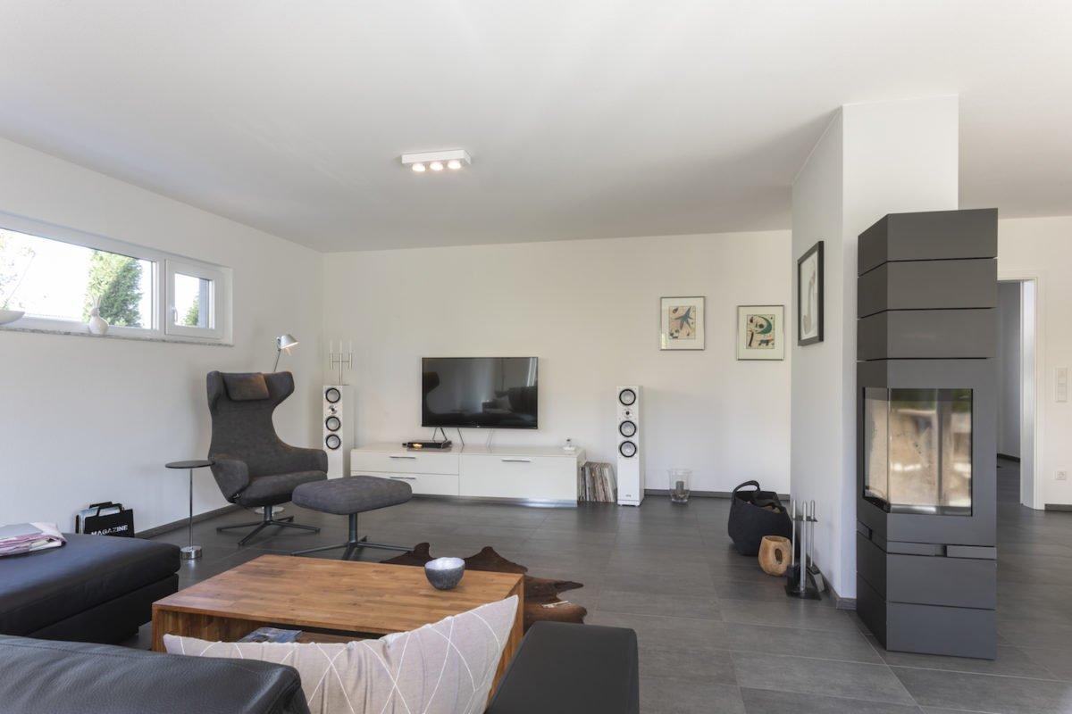 Haus Goebel - Ein Wohnzimmer mit Möbeln und einem großen Fenster - Interior Design Services