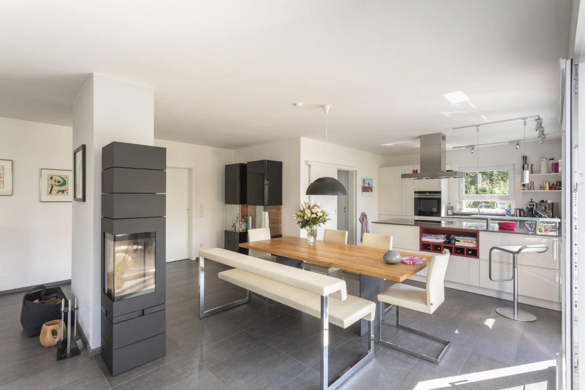 Haus Goebel - Eine Küche mit einem Tisch in einem Raum - Interior Design Services