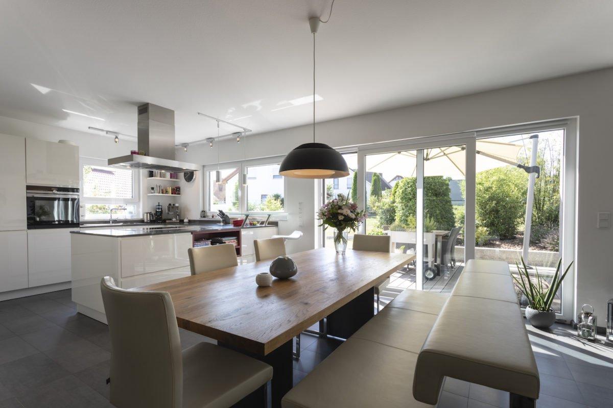 Haus Goebel - Ein Esstisch vor einem Fenster - Büdenbender Hausbau GmbH