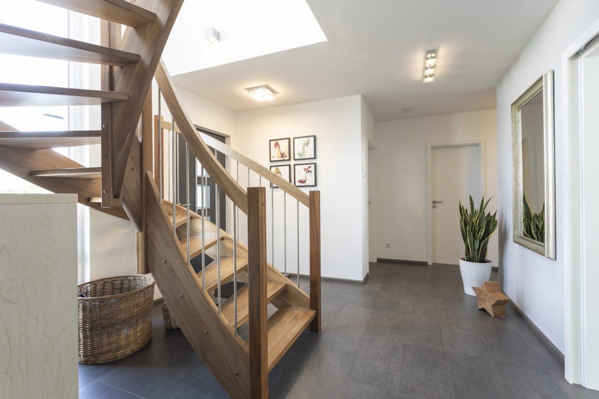 Haus Goebel - Ein Raum voller Möbel und ein großes Fenster - Fußboden