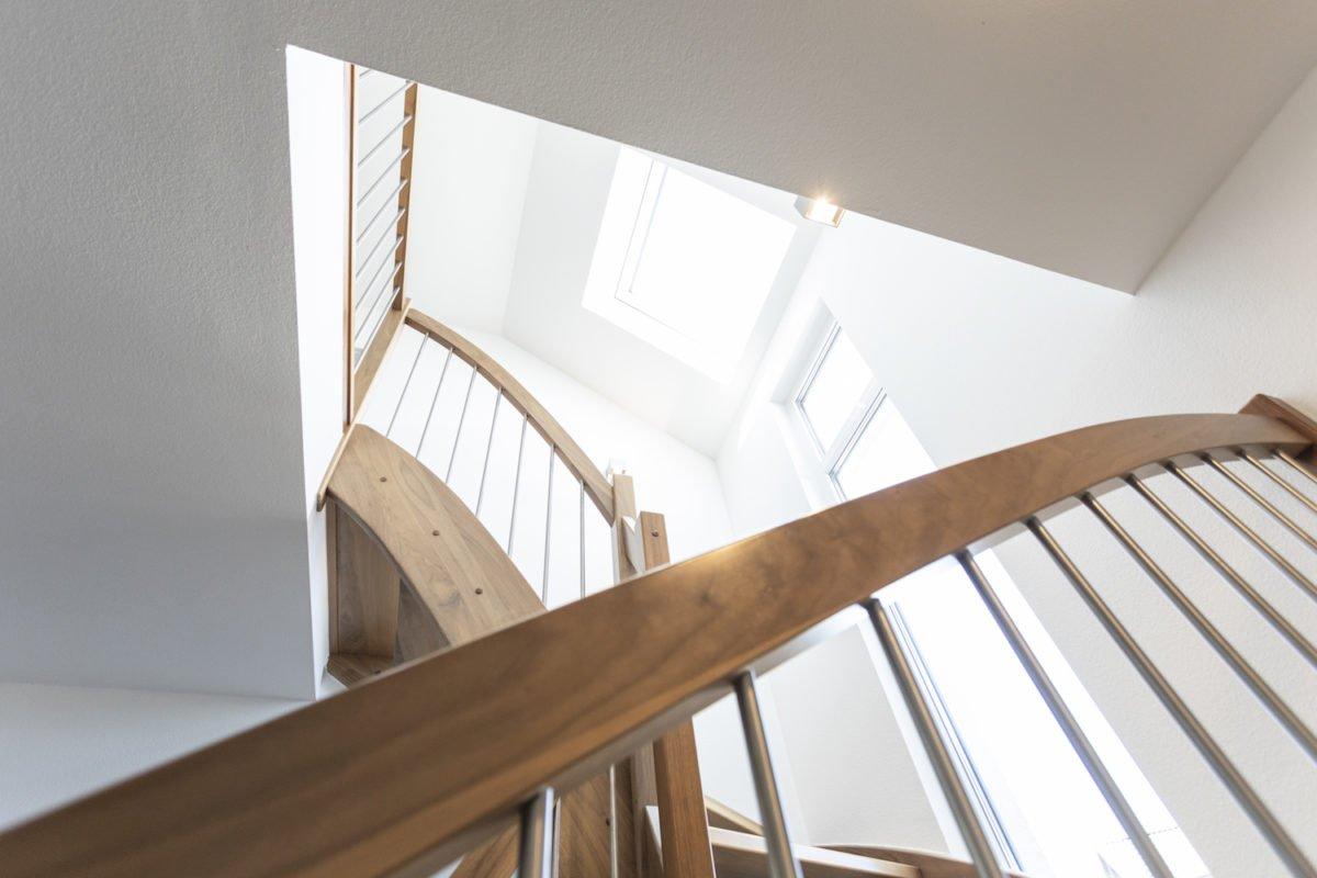 Haus Goebel - Ein Holzstuhl - Interior Design Services