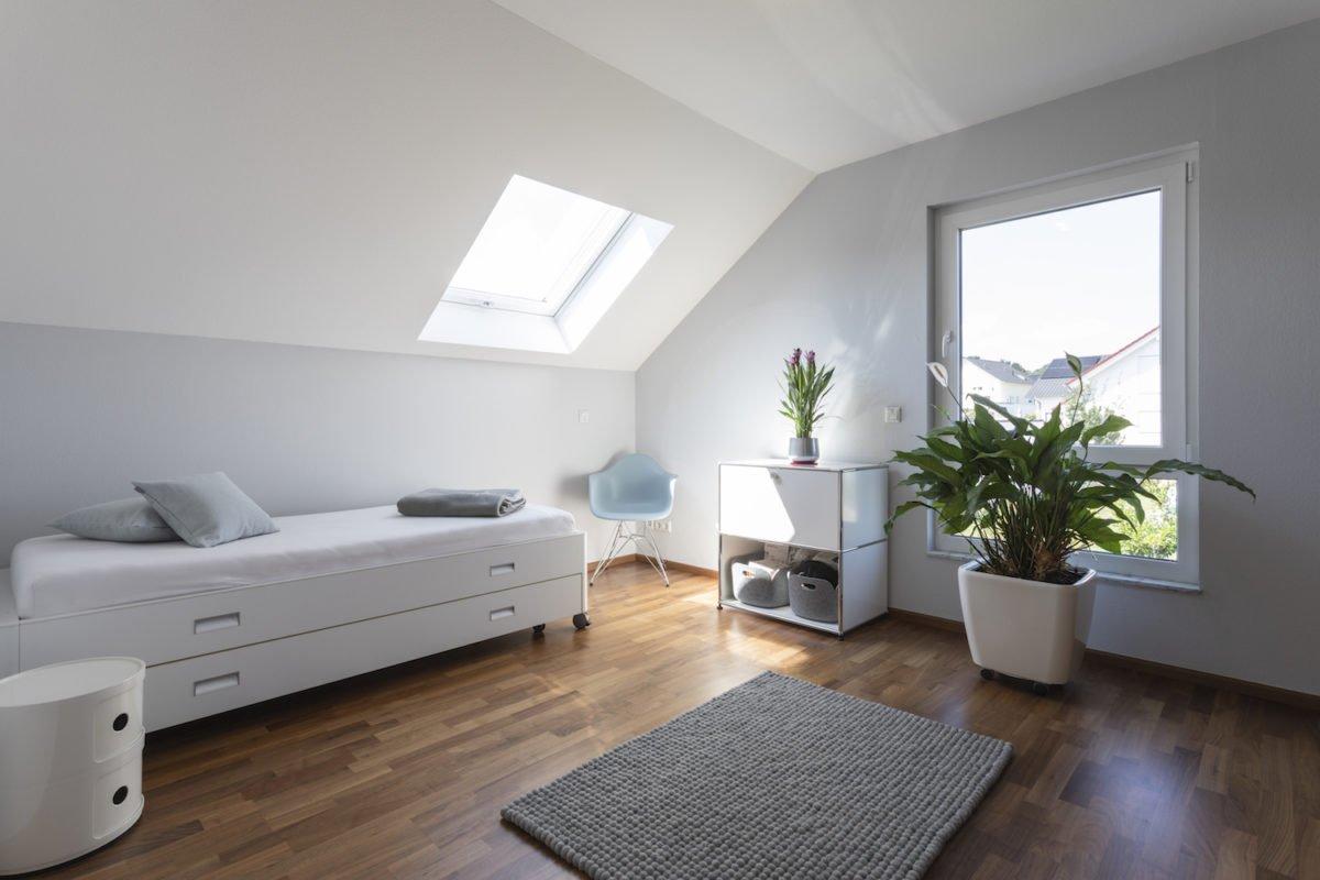 Haus Goebel - Ein Wohnzimmer mit Möbeln und einem Flachbildfernseher - Interior Design Services
