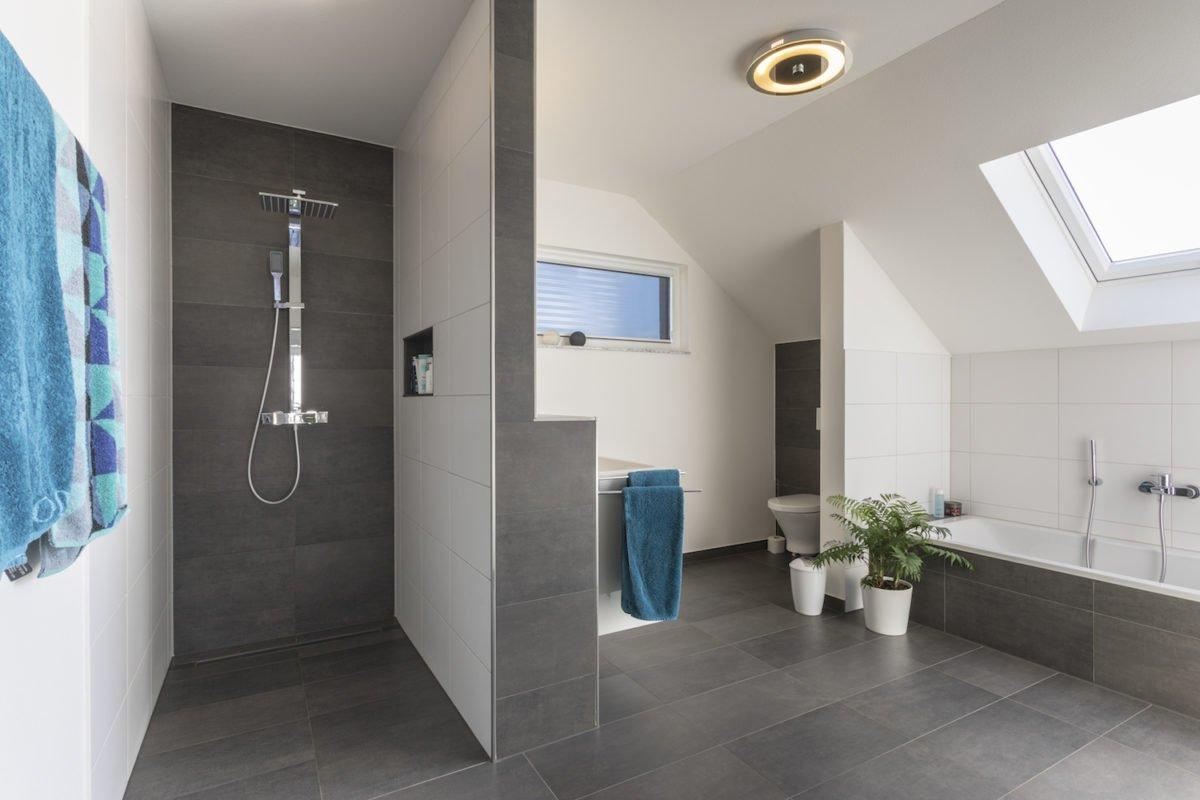 Haus Goebel - Ein zimmer mit waschbecken und spiegel - Bad