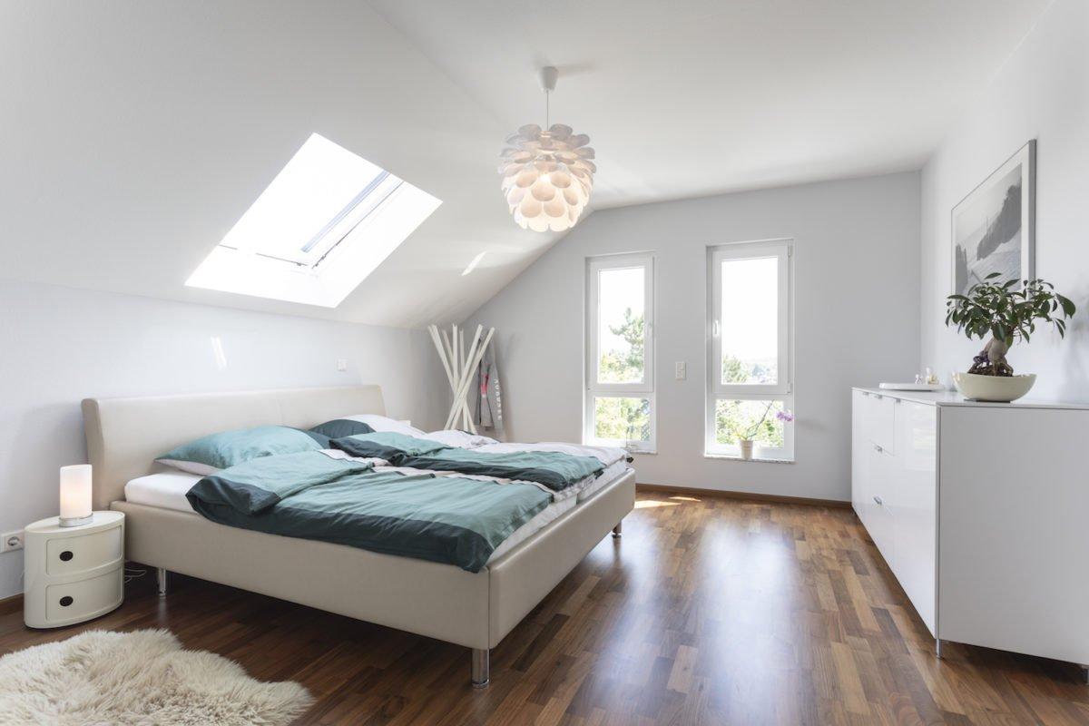 Haus Goebel - Ein Schlafzimmer mit einem Bett in einem Raum - Bettrahmen