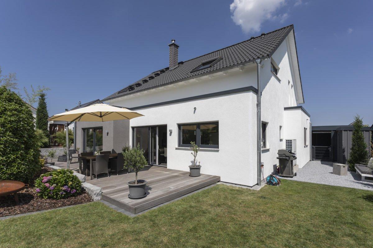 Haus Goebel - Eine große Wiese vor einem Haus - Fassade