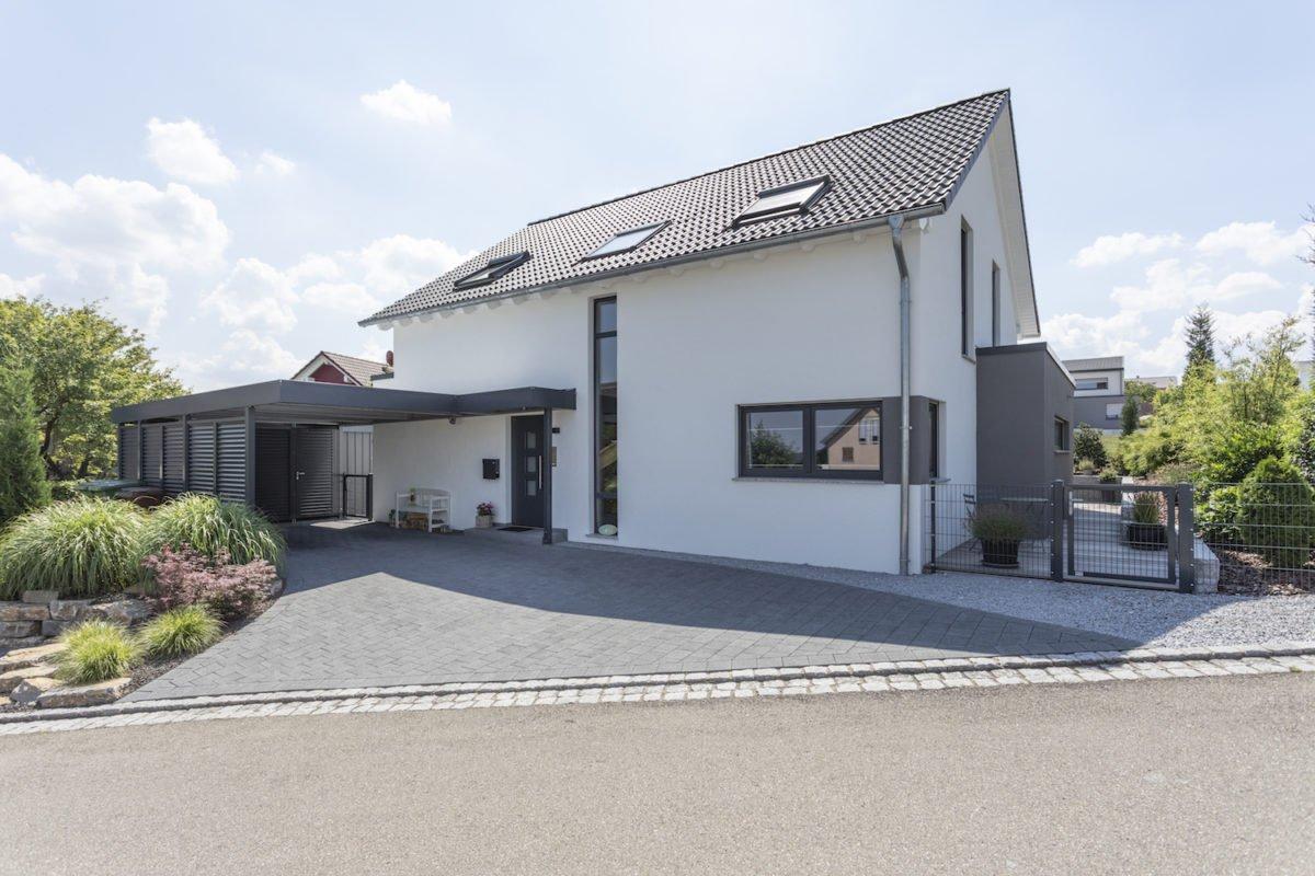 Haus Goebel - Ein Haus mit einem Schild am Straßenrand - Fassade