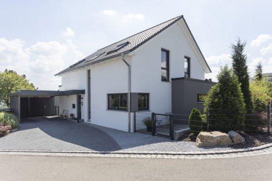 Haus Goebel - Ein Haus am Straßenrand - Fassade