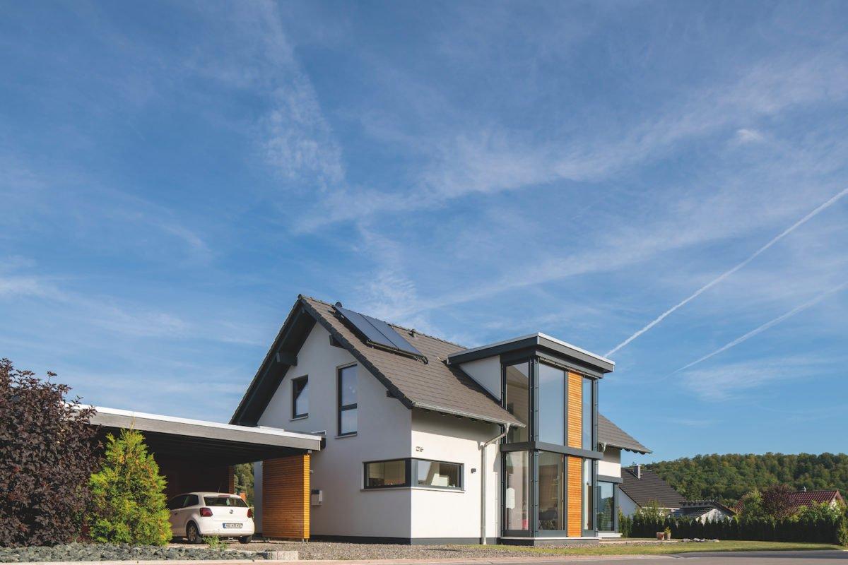 Kundehaus frei geplant - Ein Haus mit Bäumen im Hintergrund - Fassade