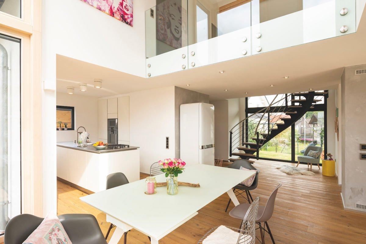 Kundehaus frei geplant - Ein Raum voller Möbel und ein großes Fenster - Interior Design Services