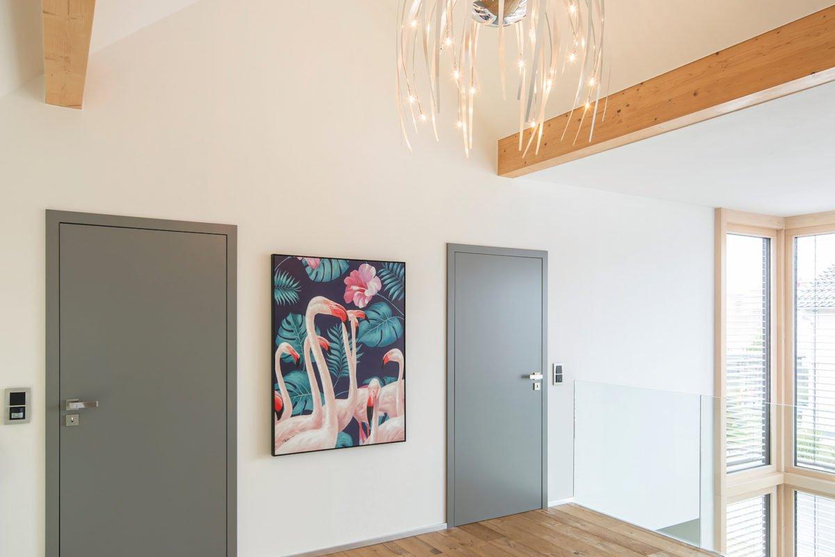 Kundehaus frei geplant - Ein Zimmer mit Holzboden - Holzboden
