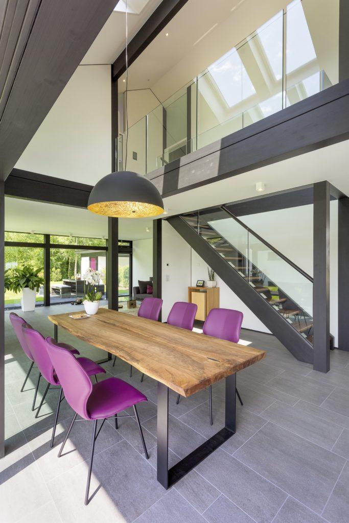 HUF HAUS MODUM 7 - Ein großer roter Stuhl in einem Raum - Interior Design Services