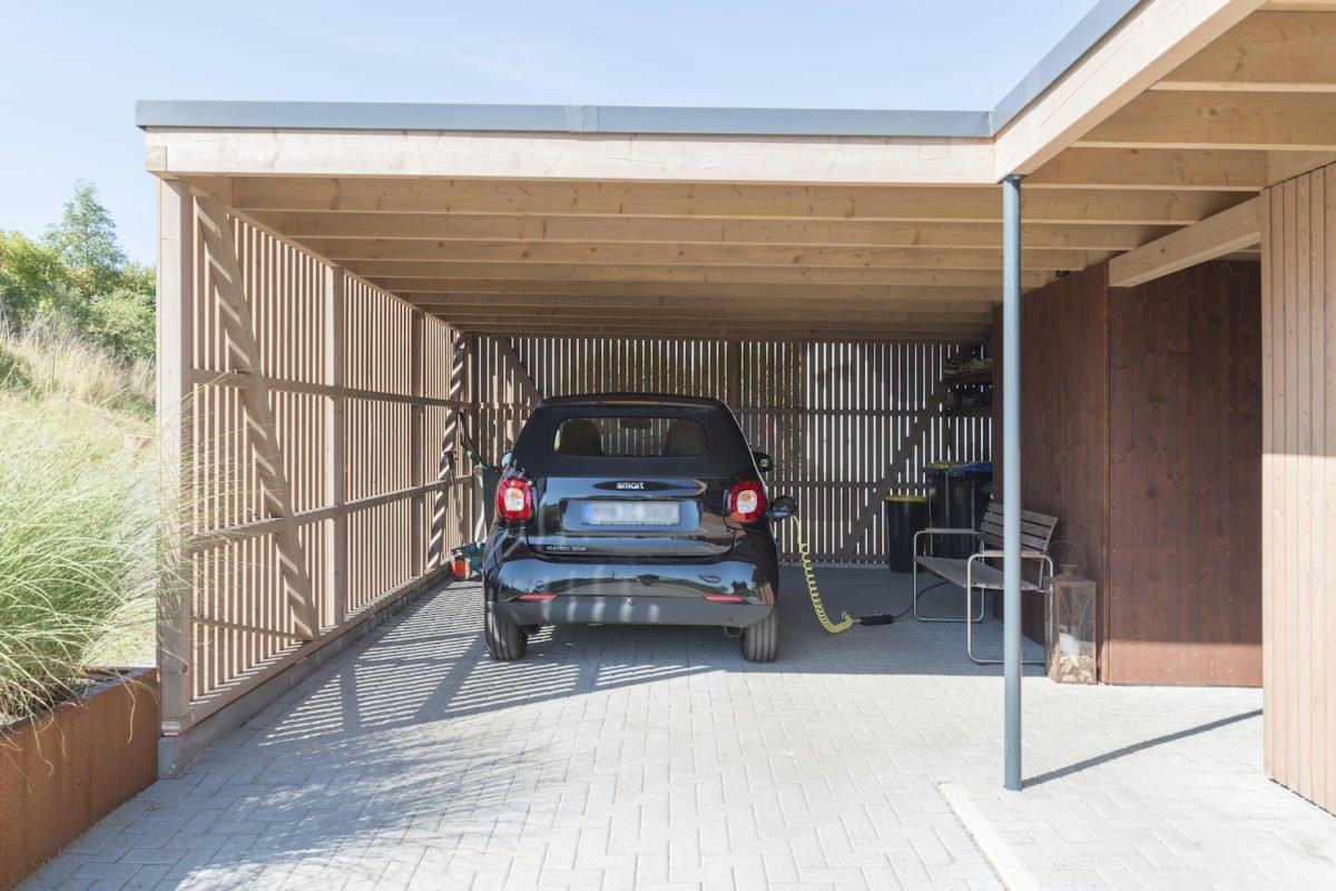 Kundenhaus Schaub - Ein lkw, der an der seite eines gebäudes steht - Holzbau Kappler GmbH & Co. KG
