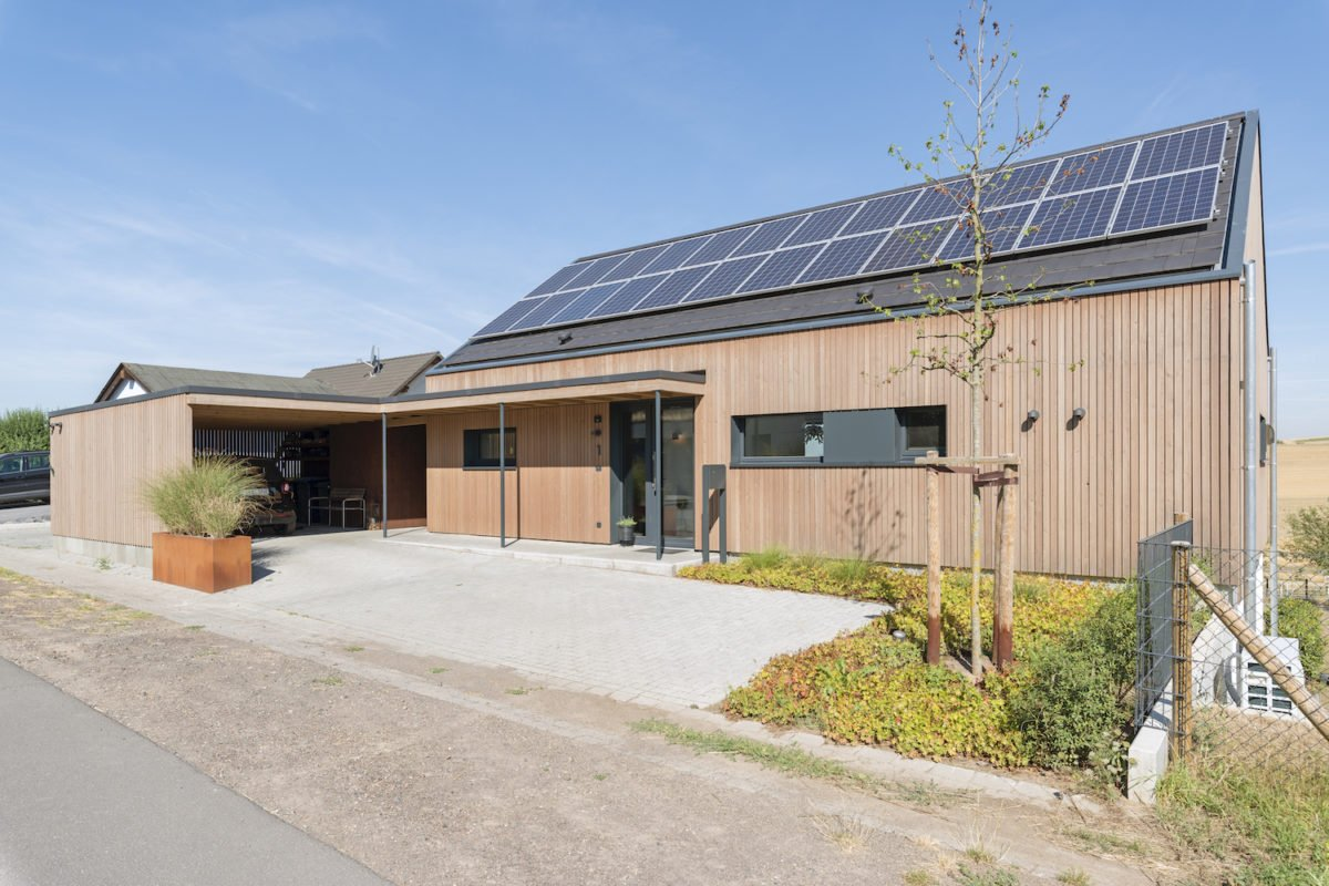 Kundenhaus Schaub - Ein Haus, das ein Schild an der Seite eines Gebäudes hat - Holzbau Kappler GmbH & Co. KG