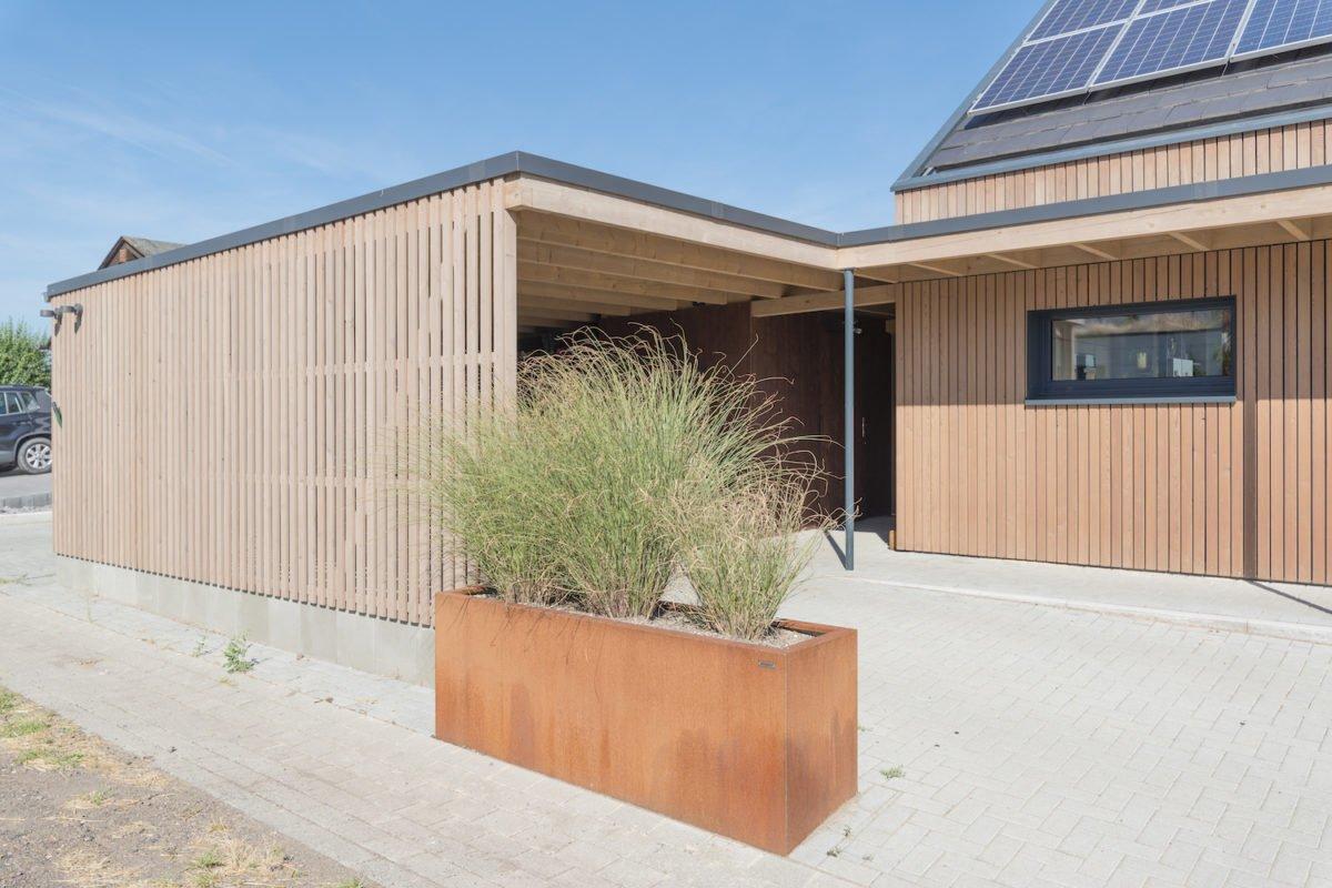 Kundenhaus Schaub - Ein Haus an der Seite eines Gebäudes - Schuppen