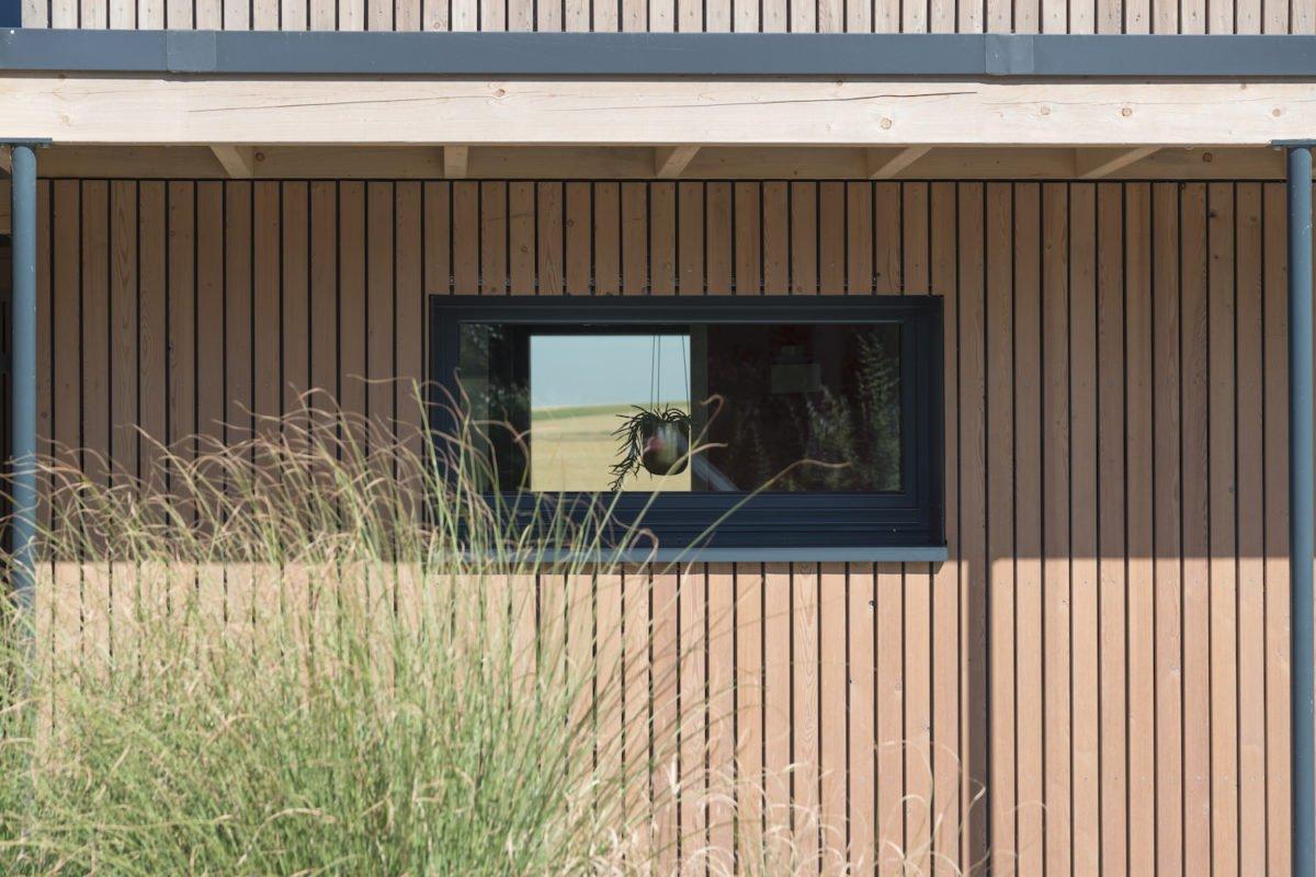 Kundenhaus Schaub - Ein Gebäude mit einem Zaun vor einem Fenster - Schuppen