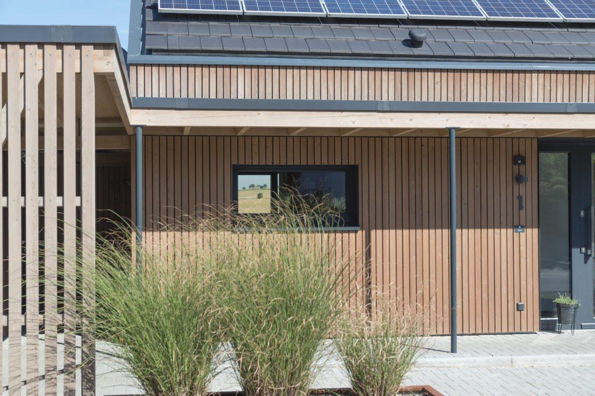 Kundenhaus Schaub - Eine Nahaufnahme von einem Zaun vor einem Gebäude - Fassade