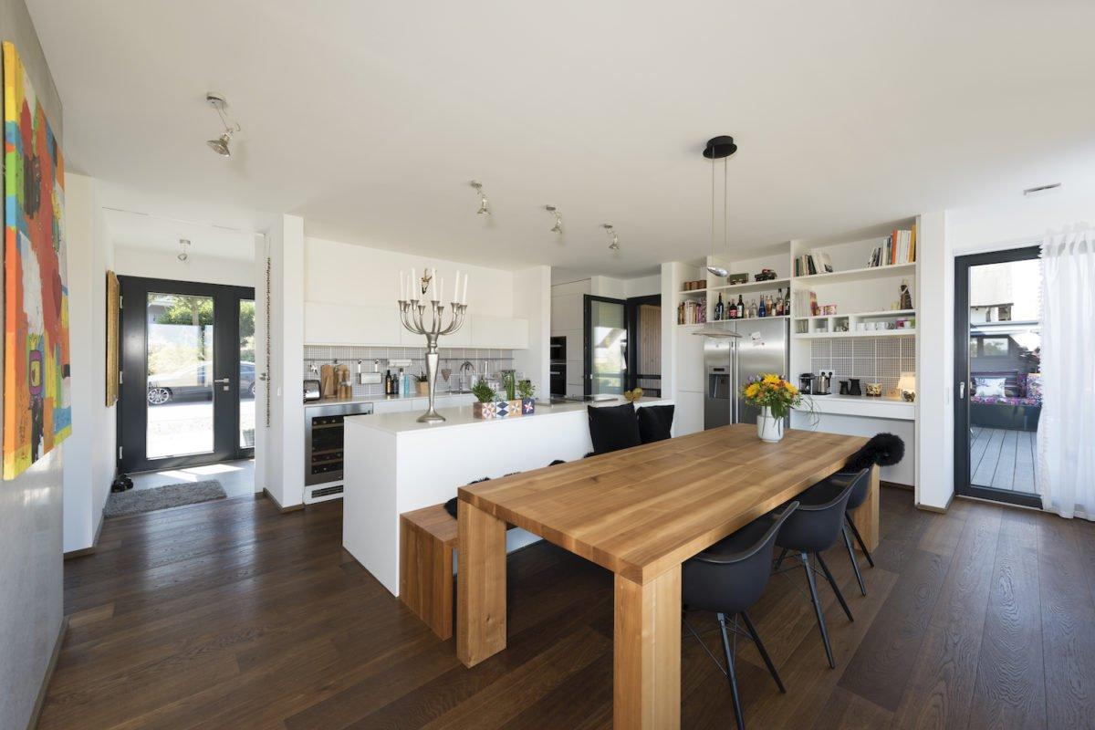 Kundenhaus Schaub - Ein wohnzimmer mit holzboden - Interior Design Services