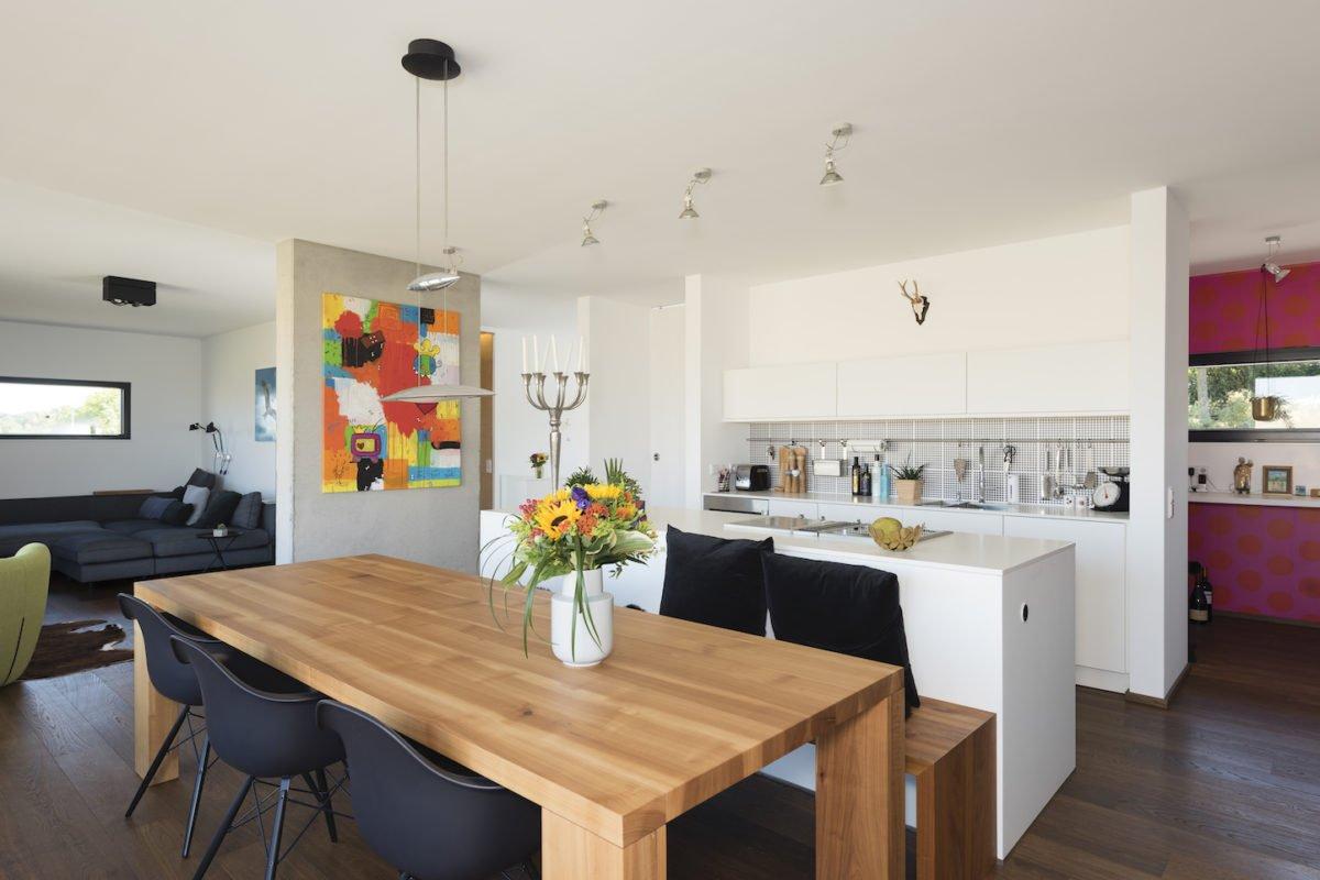 Kundenhaus Schaub - Ein Wohnzimmer mit Möbeln und einem Tisch - Interior Design Services