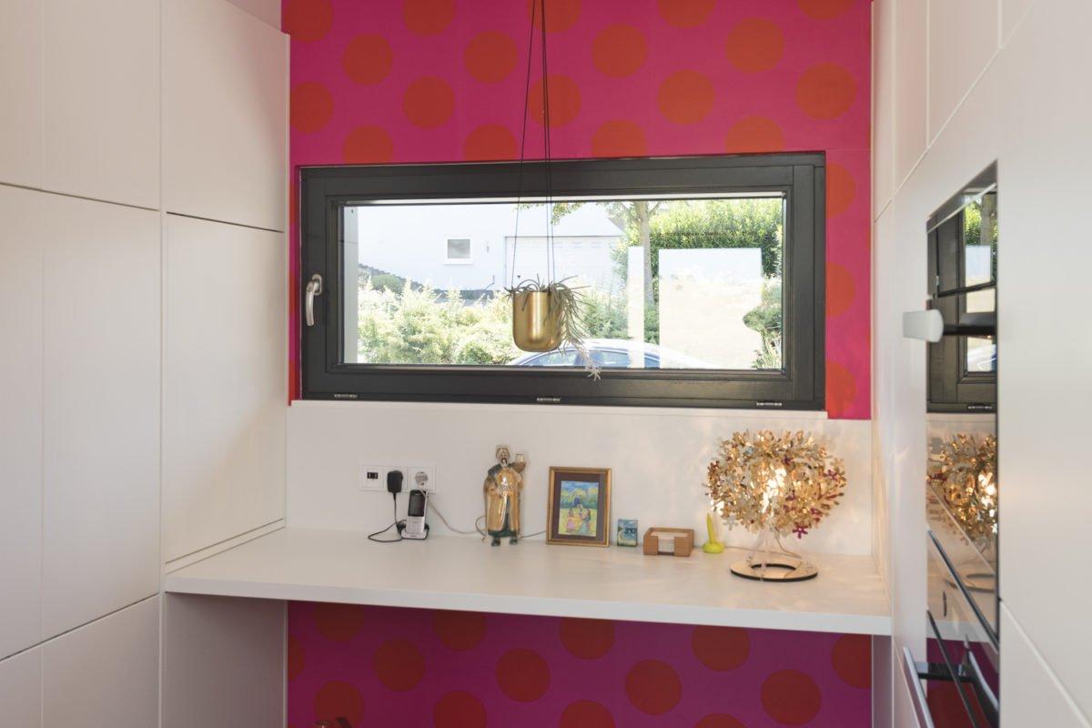 Kundenhaus Schaub - Eine küche mit waschbecken und spiegel - Interior Design Services