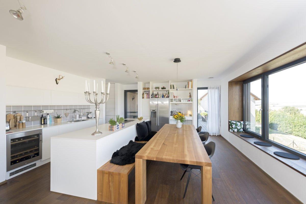Kundenhaus Schaub - Ein Raum voller Möbel und ein großes Fenster - Holzbau Kappler GmbH & Co. KG