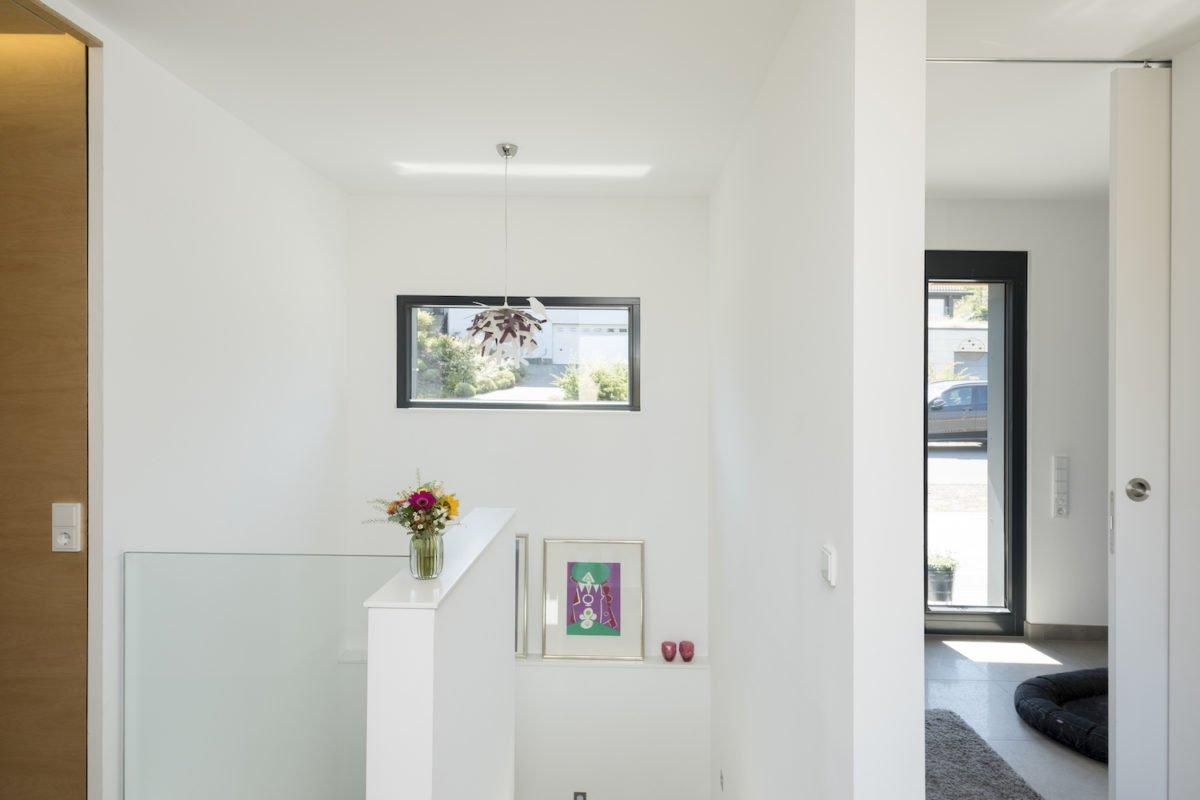 Kundenhaus Schaub - Ein Blick auf ein Wohnzimmer - Holzboden