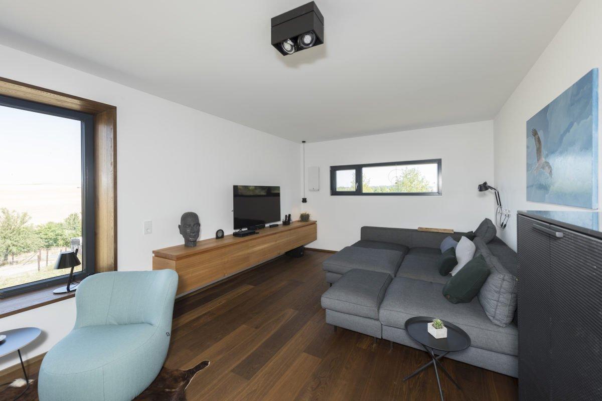 Kundenhaus Schaub - Eine Ansicht eines mit Möbeln gefüllten Wohnzimmers und eines Flachbildfernsehers - Interior Design Services