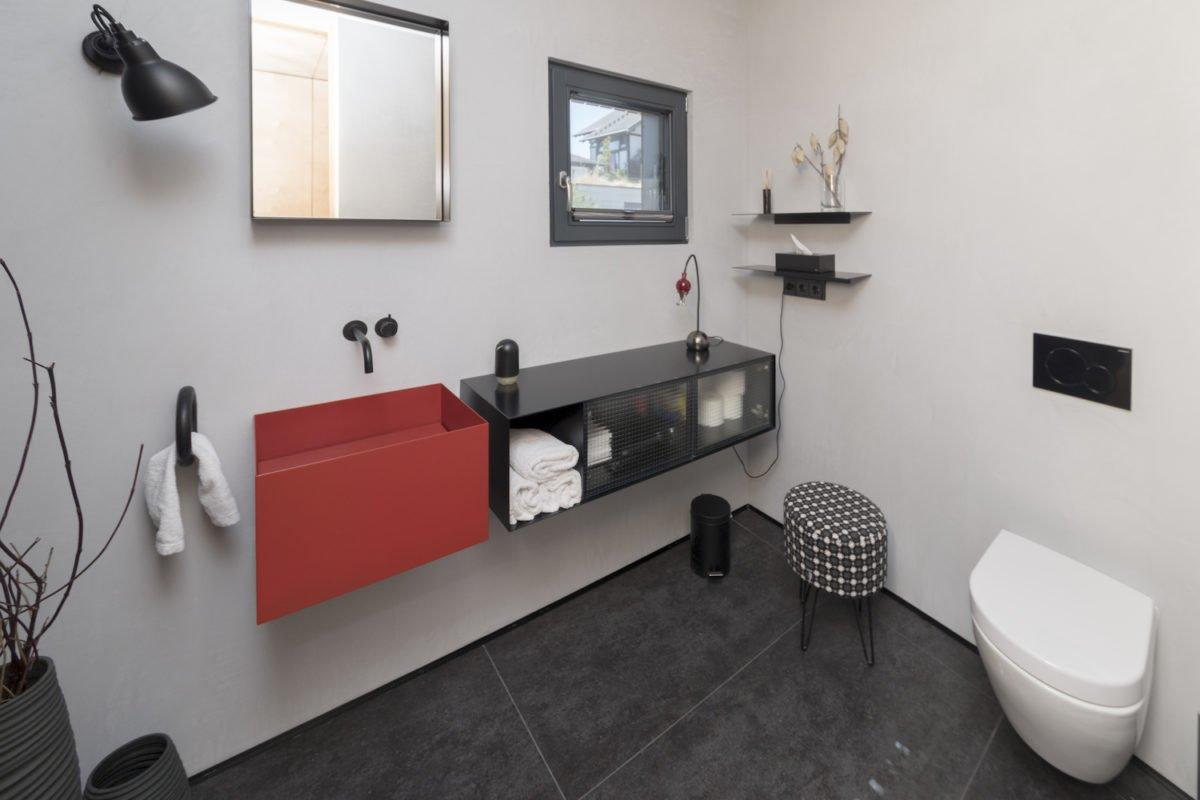 Kundenhaus Schaub - Ein Wohnzimmer mit Waschbecken und Spiegel - Bad