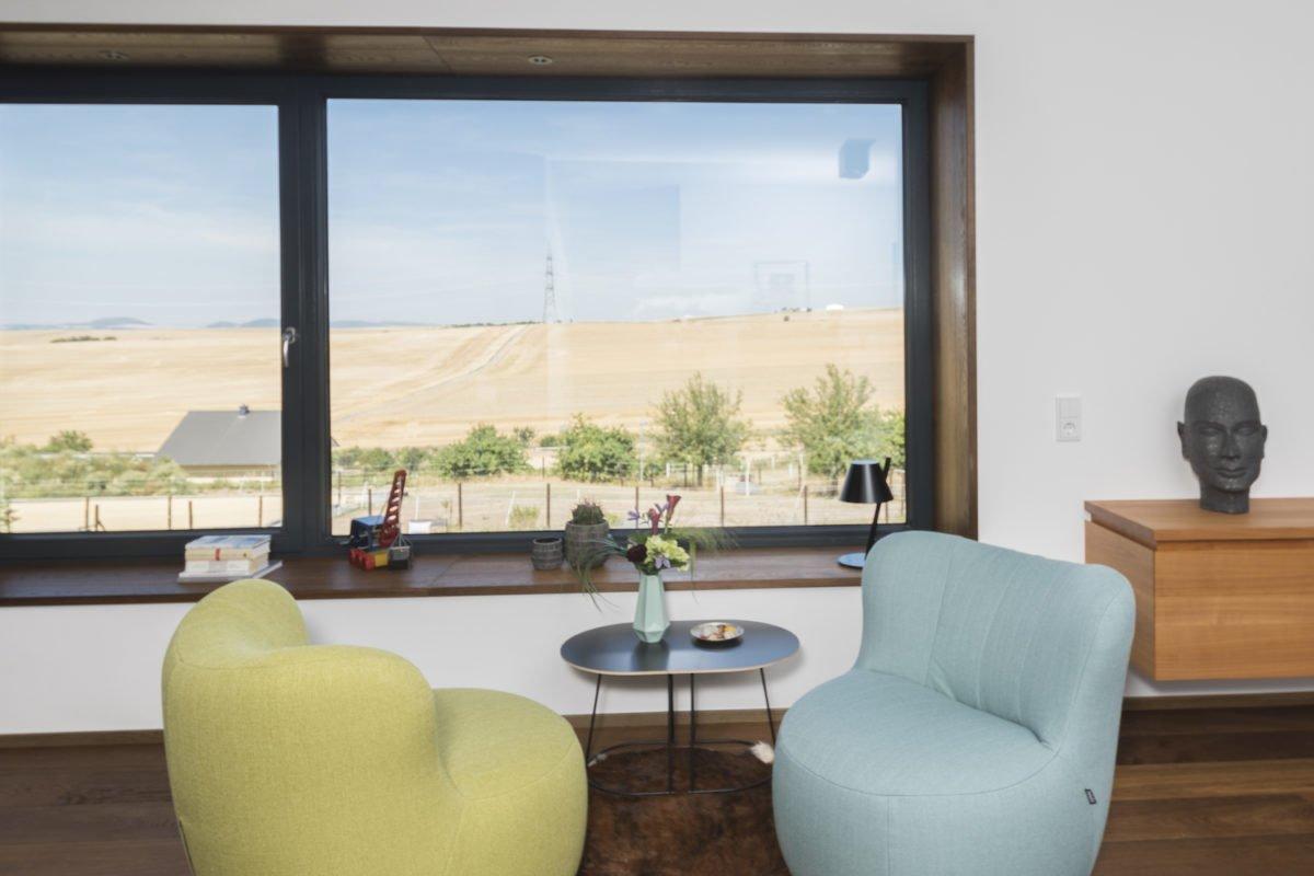 Kundenhaus Schaub - Ein Wohnzimmer mit Möbeln und einem großen Fenster - Holzbau Kappler GmbH & Co. KG