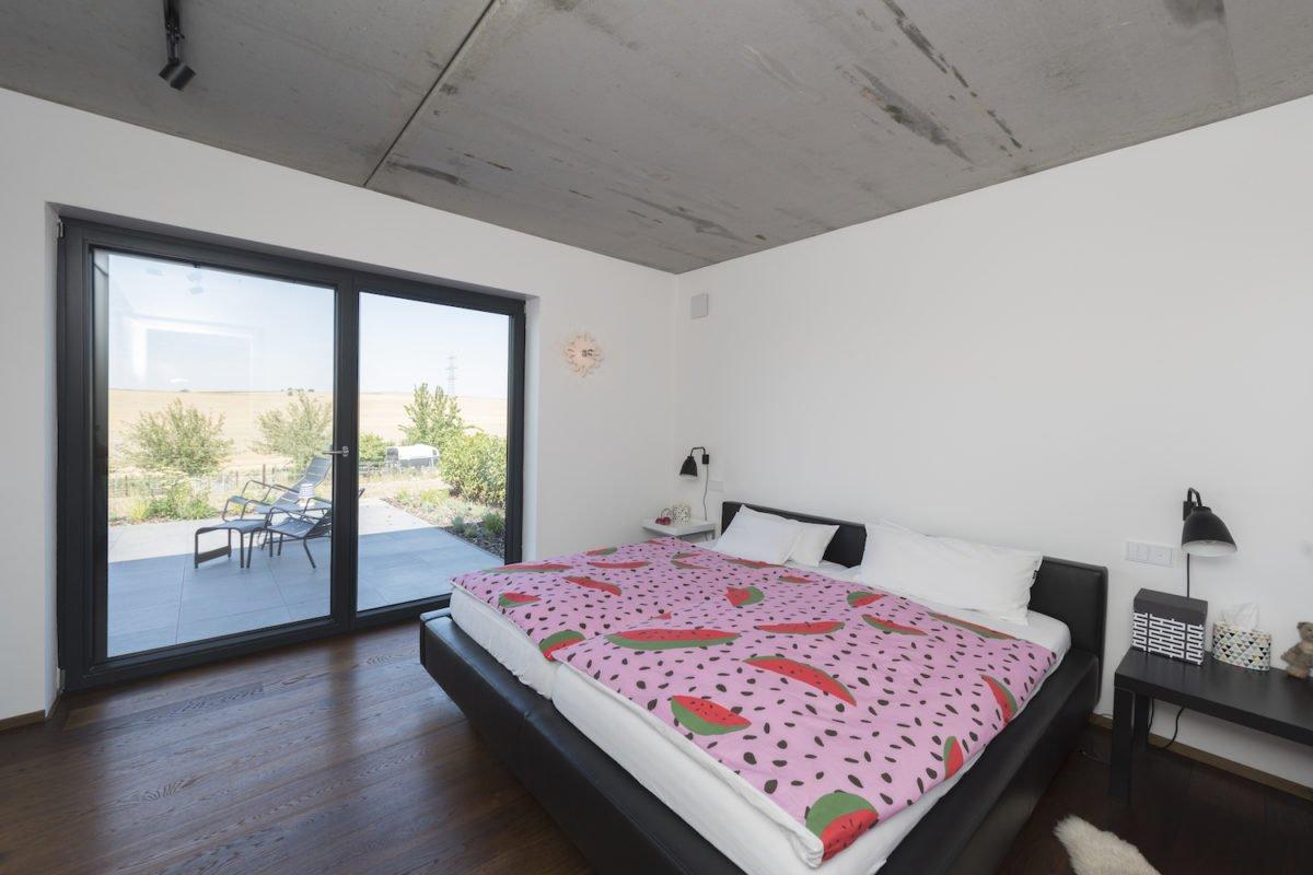 Kundenhaus Schaub - Ein großes weißes Bett in einem Raum sitzen - Schlafzimmer