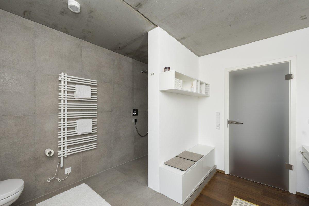 Kundenhaus Schaub - Ein zimmer mit waschbecken und spiegel - Interior Design Services