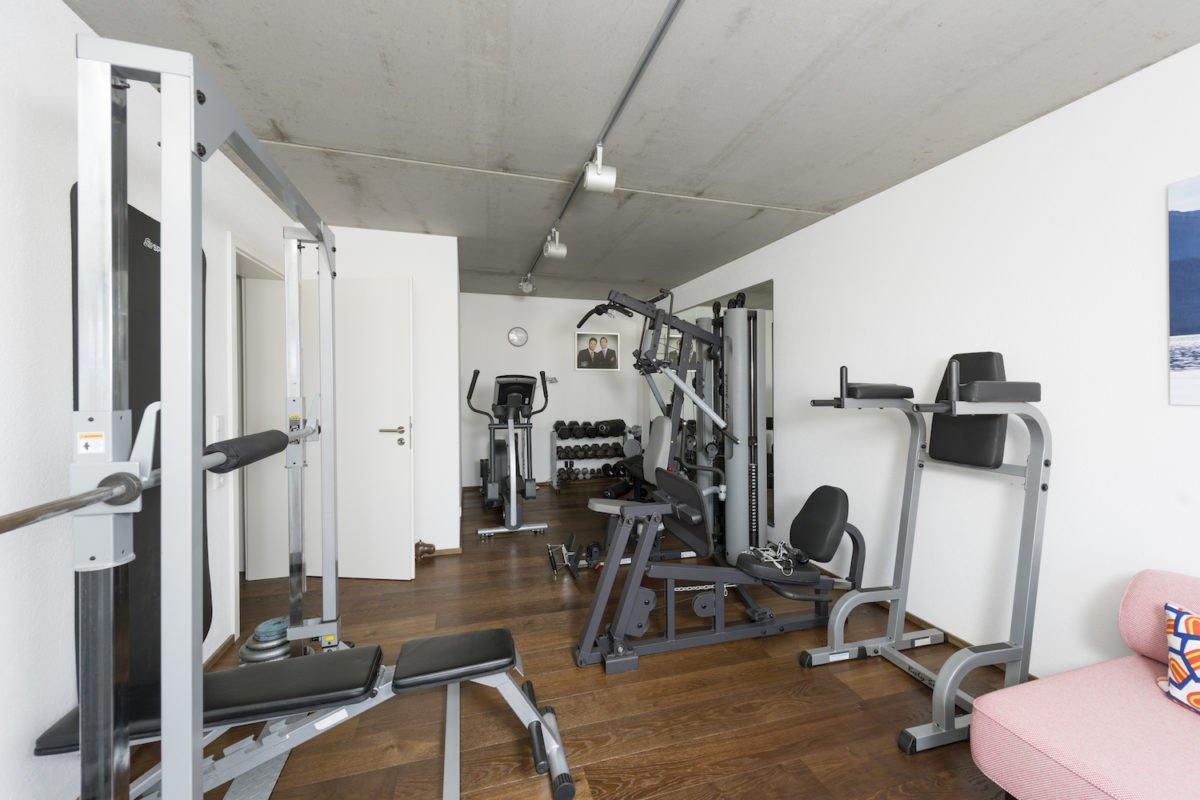 Kundenhaus Schaub - Eine Küche mit einem Tisch in einem Raum - Fitness-Center