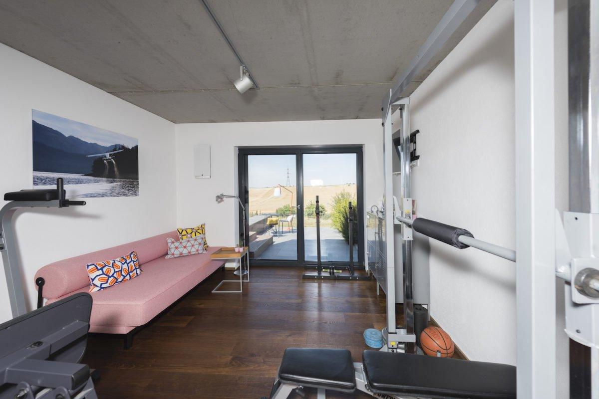 Kundenhaus Schaub - Ein Wohnzimmer mit Möbeln und einem großen Fenster - Fitness-Center