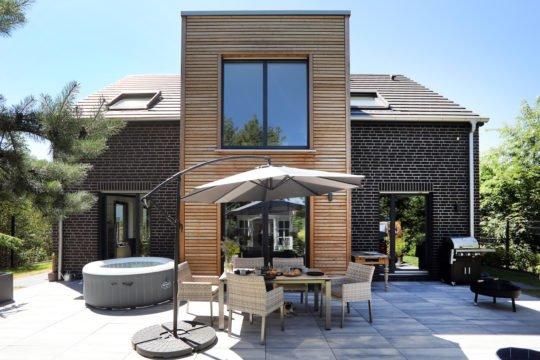 Kundenhaus Erlenbrunn - Eine Bank vor einem Gebäude - Wohngebiet