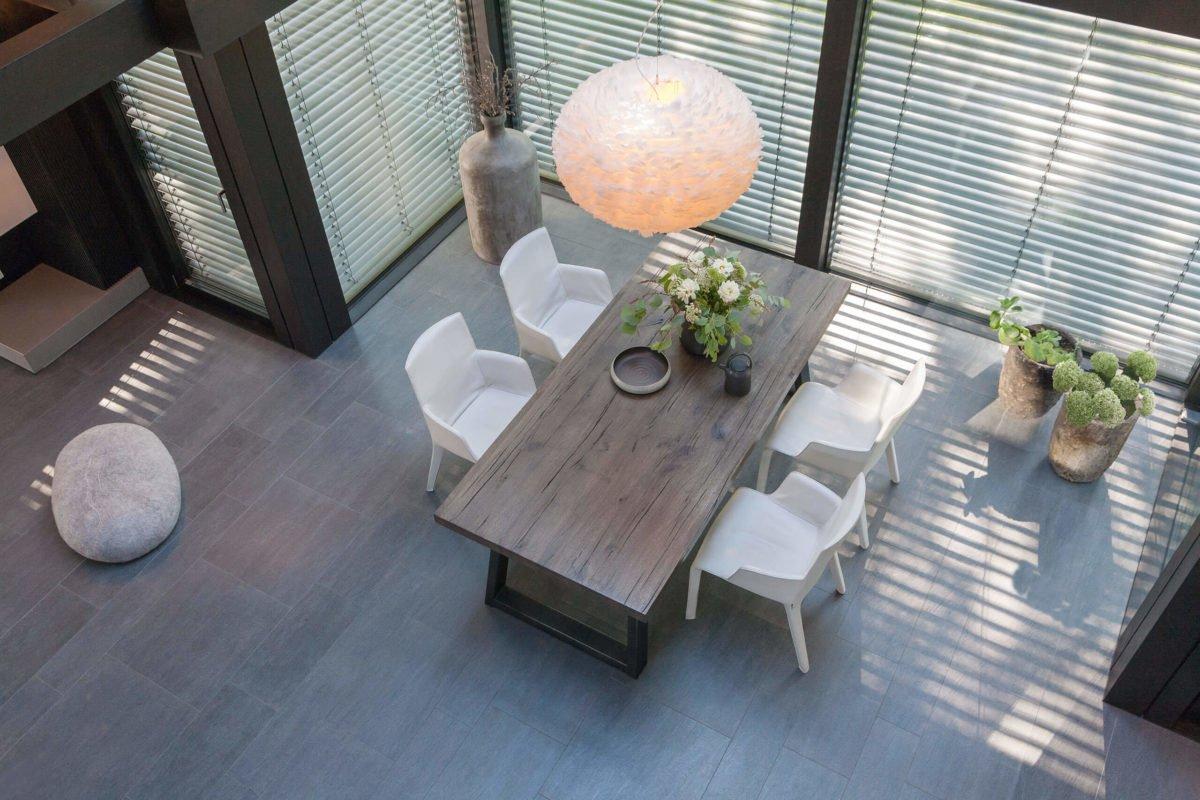 HUF HAUS ART 3 - Ein Esstisch vor einem Fenster - Interior Design Services