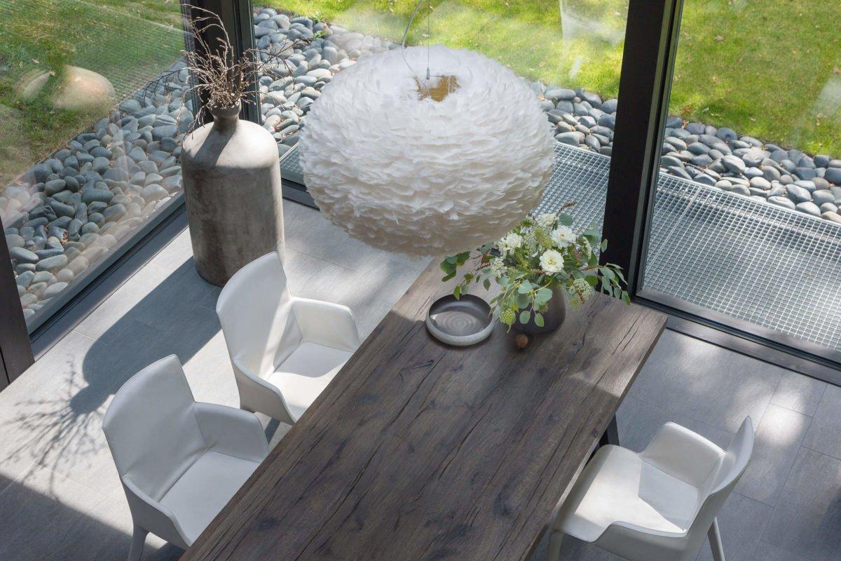 HUF HAUS ART 3 - Ein Vogel sitzt auf einem Holztisch - Haus