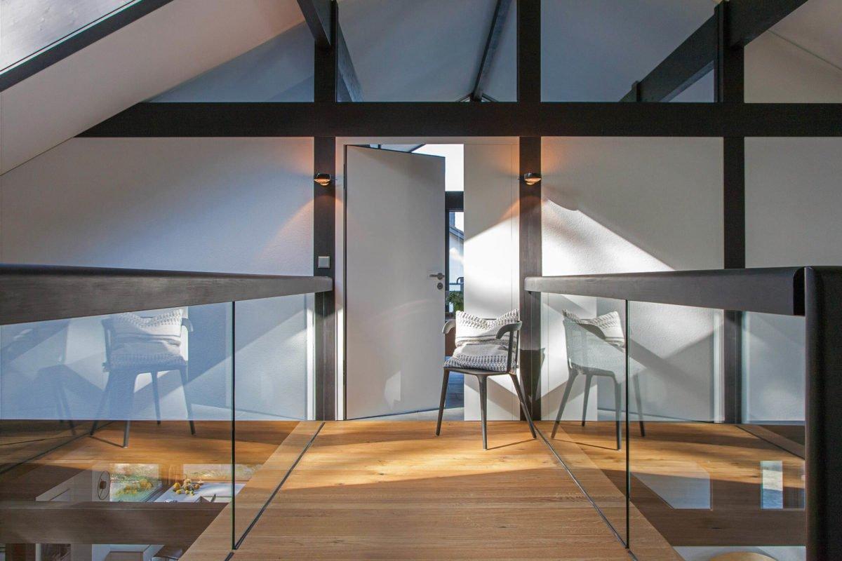 HUF HAUS ART 3 - Eine Glasvitrine - Haus