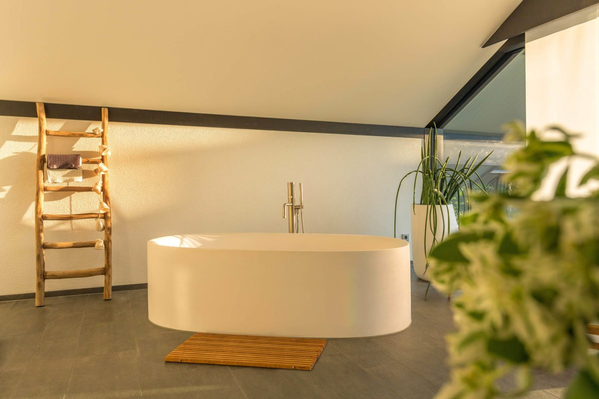 HUF HAUS ART 3 - Weiße Möbel in einem Raum - Bad
