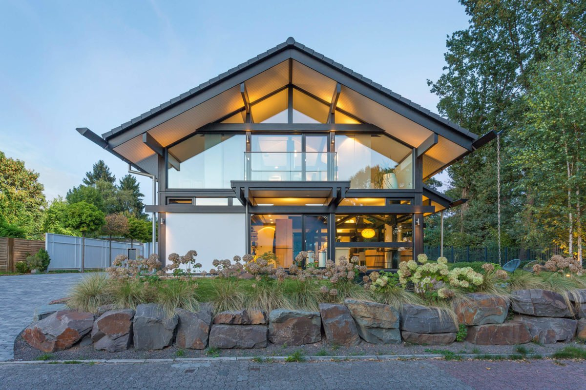 HUF HAUS ART 3 - Ein Steingebäude mit Gras vor einem Haus - Holzhaus