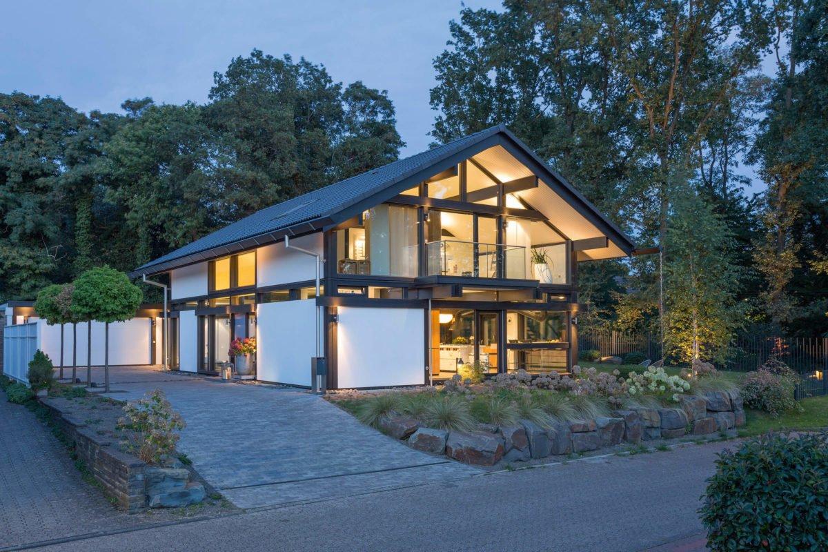 HUF HAUS ART 3 - Ein Haus mit Bäumen im Hintergrund - Haus