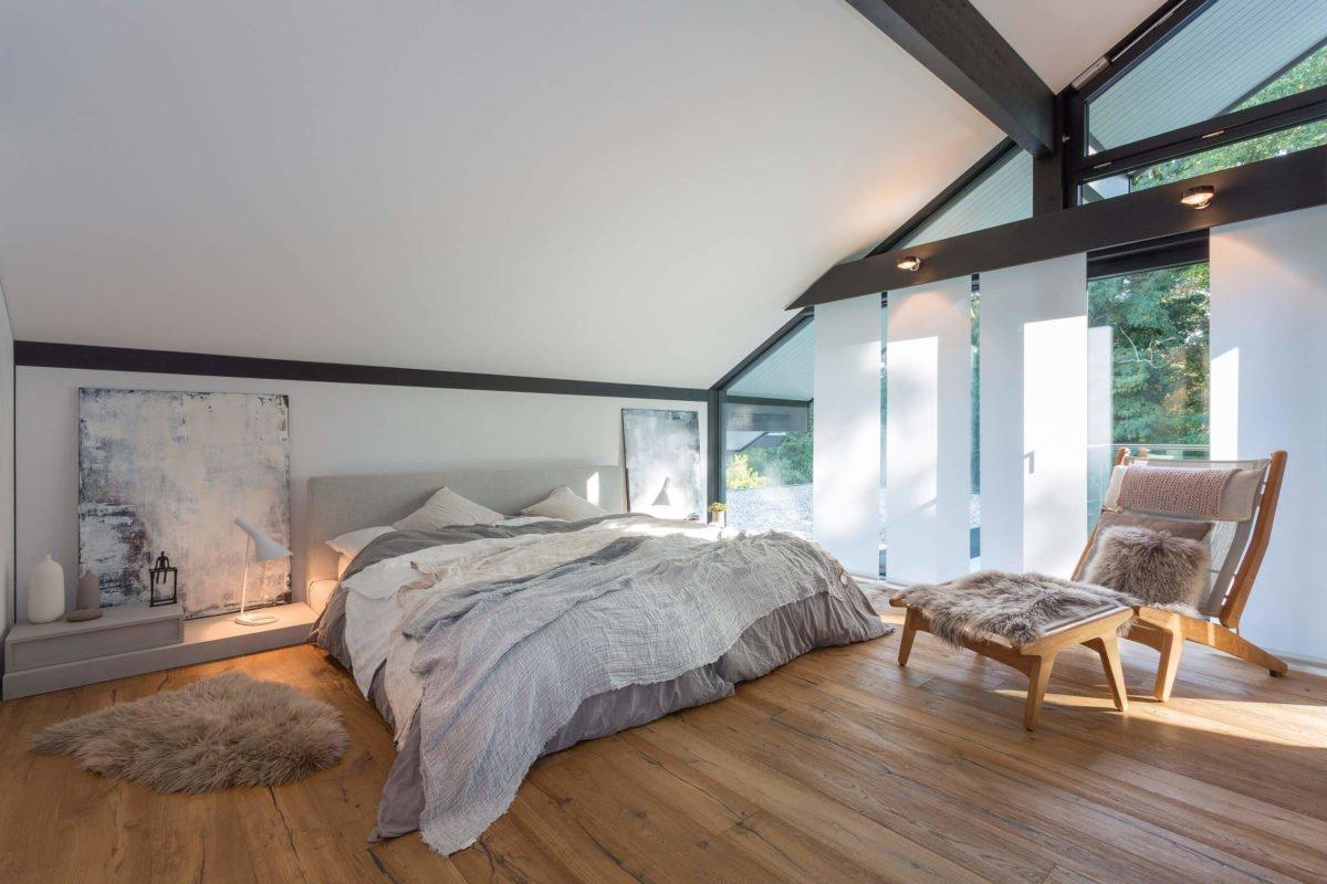 HUF HAUS ART 3 - Ein Schlafzimmer mit einem großen Bett in einem Raum - Bauhaus