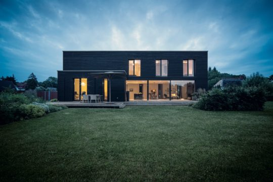 Kundenhaus Hoppe - Ein großes Gebäude mit einer Wiese - WeberHaus