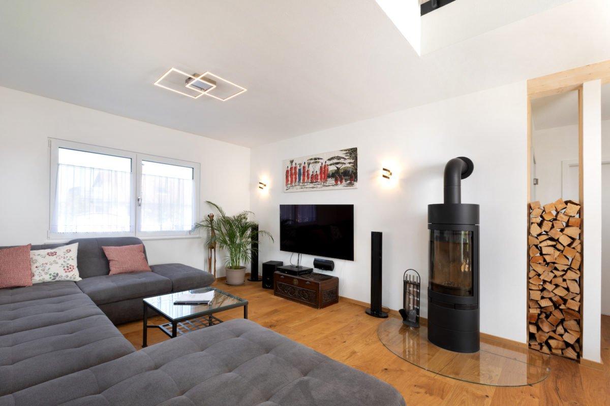 Kundenhaus U237 - Ein Wohnzimmer mit Möbeln und einem Kamin - Wohnzimmer