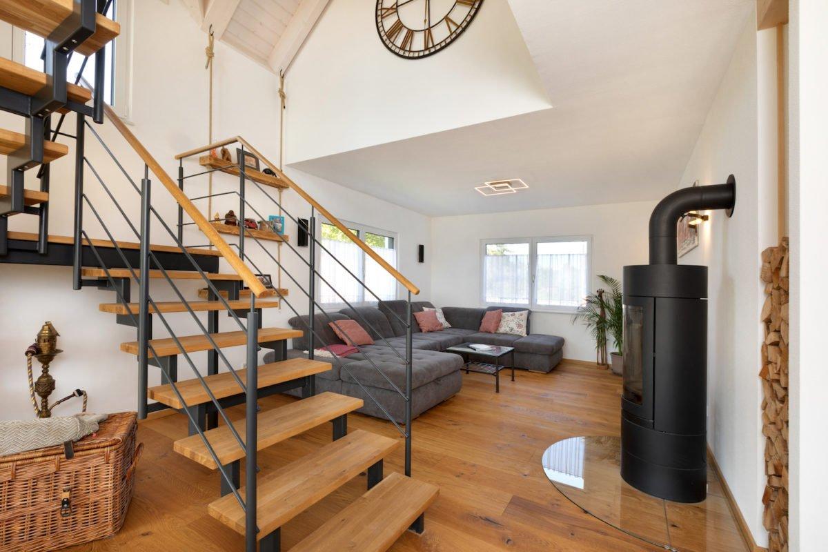 Kundenhaus U237 - Ein Wohnzimmer mit einer Uhr auf einem Holzstuhl - Wohnzimmer