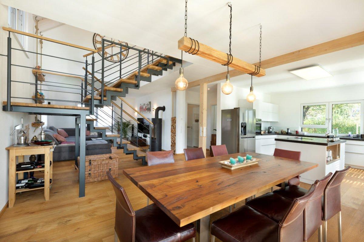 Kundenhaus U237 - Eine Küche mit einem Tisch in einem Raum - Interior Design Services