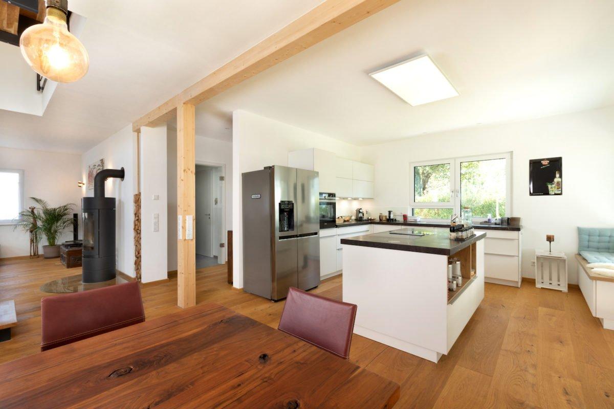 Kundenhaus U237 - Ein Wohnzimmer mit Möbeln und einem großen Spiegel - Interior Design Services