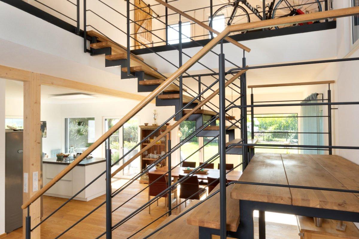 Kundenhaus U237 - Eine Nahaufnahme von einer Metallschiene in einem Raum - Interior Design Services