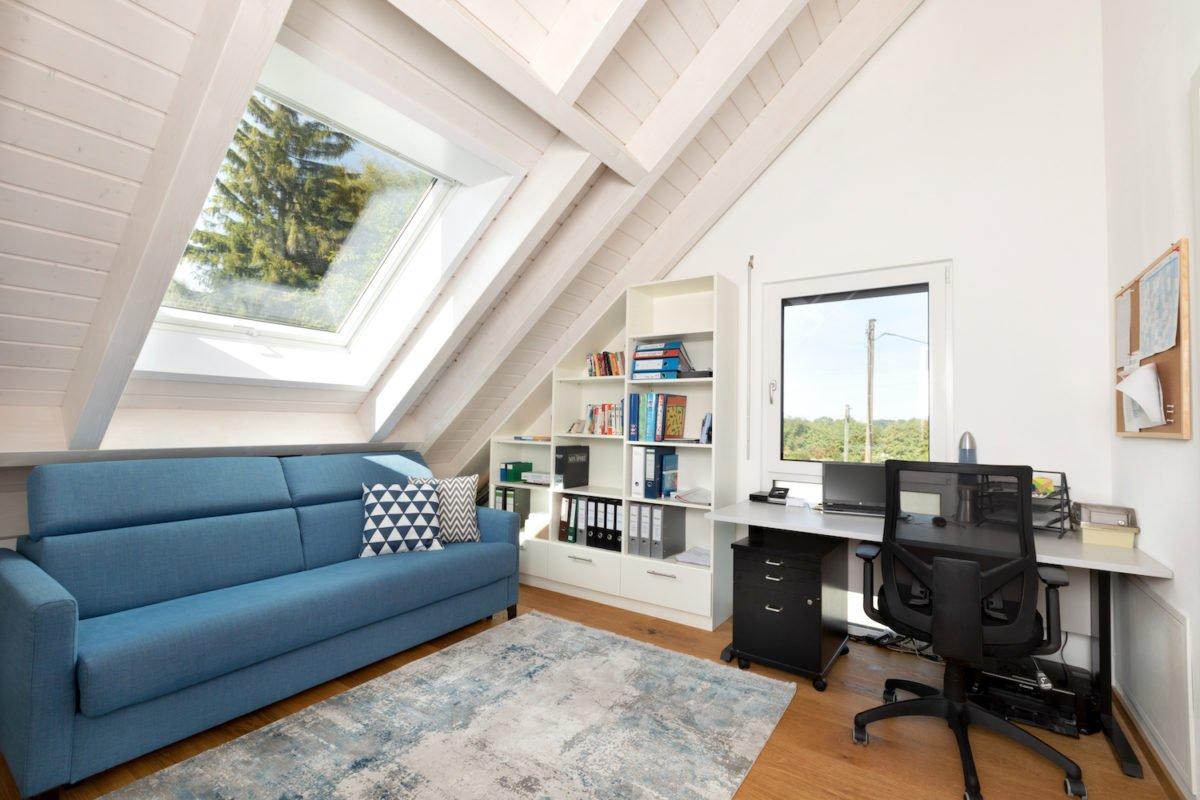 Kundenhaus U237 - Ein Wohnzimmer mit einem großen Fenster - Interior Design Services