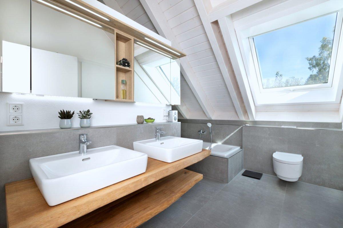 Kundenhaus U237 - Eine große weiße Wanne neben einem Waschbecken - Interior Design Services